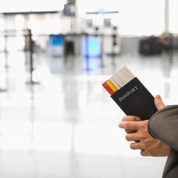 מחזיק דרכון בשדה התעופה