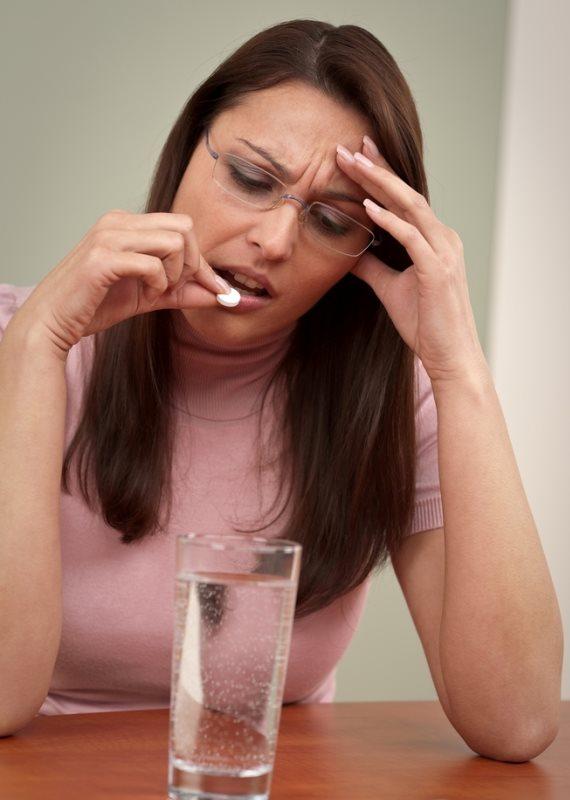 אישה נוטלת תרופה