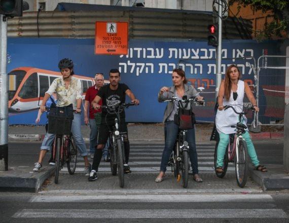 רוכבי אופניים חשמליים בתל אביב, למצולמים אין קשר לריאיון