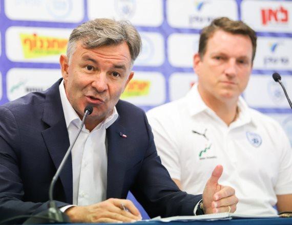 מאמן נבחרת ישראל אנדי הרצוג ומנהלה הטכני וילי רוטנשטיינר