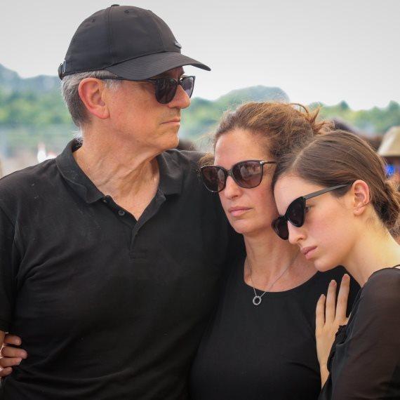 """משפחת נשר בלווייתו של ארי נשר ז""""ל"""