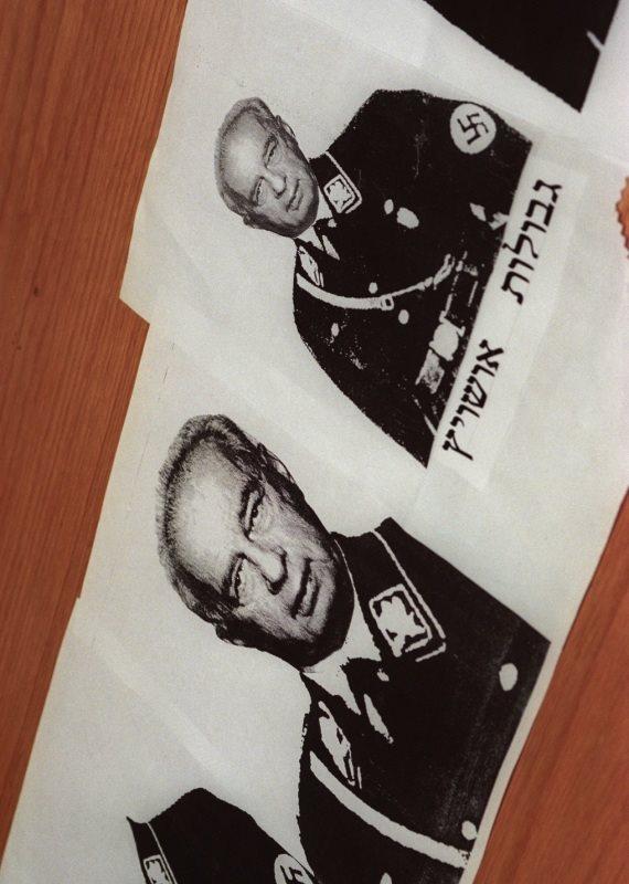 """כרזות עם תמונתו של יצחק רבין ז""""ל במדי נאצים"""