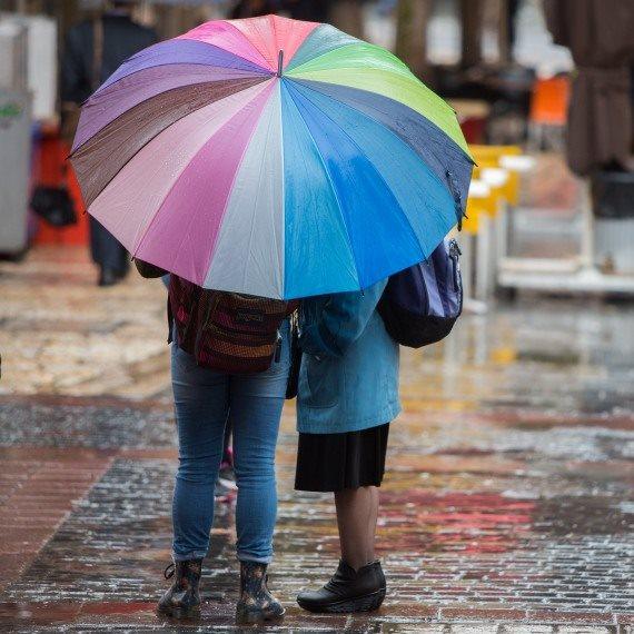 אנשים תחת מטריה בגשם