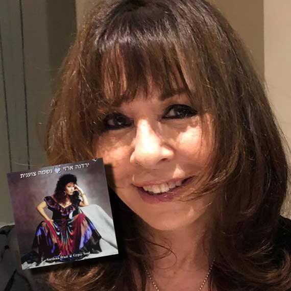 ירדנה ארזי באולפן 103fm; בתמונה הקטנה: עטיפת האלבום 'נשמה צוענית' מ־1987