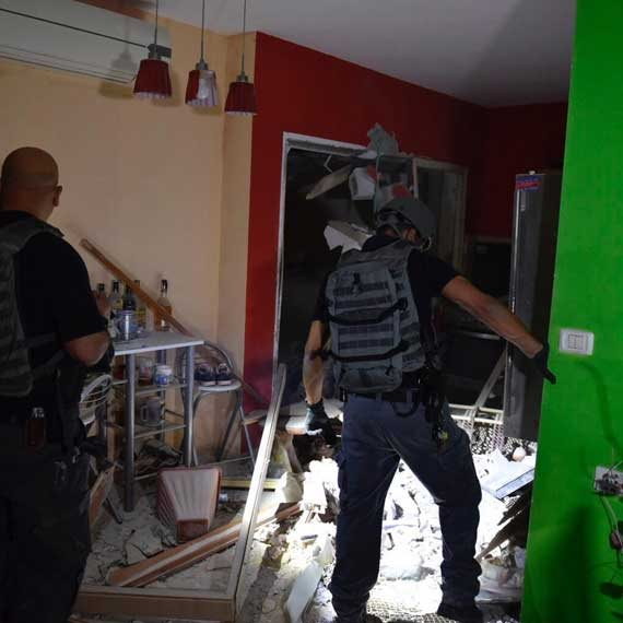 החבלנים בבניין שספג פגיעה ישירה, הבוקר