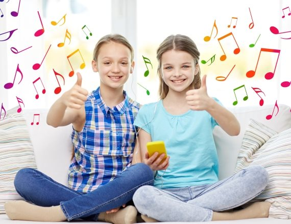 ילדים שומעים מוזיקה