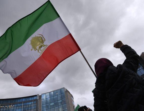 צילום: אי. אף. פי.מפגין עם דגל איראן