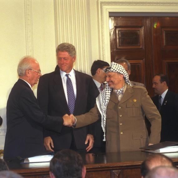 יאסר ערפאת, ביל קלינטון ויצחק רבין במעמד חתימה על הסכמי אוסלו