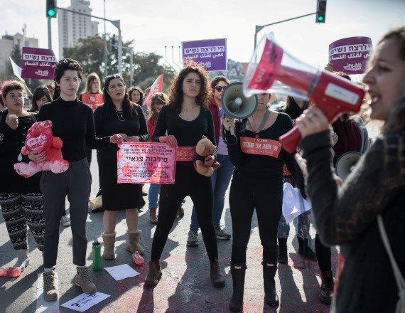 נשים מפגינות