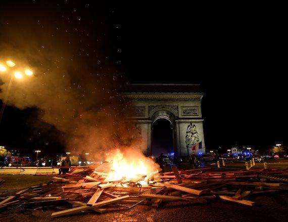 מהומות ליד שער הניצחון בפריז