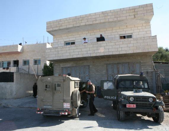 """כוחות צה""""ל פושטים על בית בשטחים, ארכיון"""