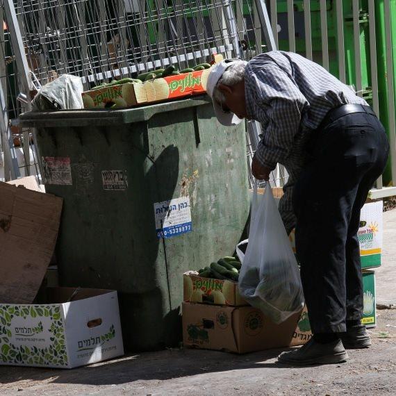 קשיש מחפש באשפה