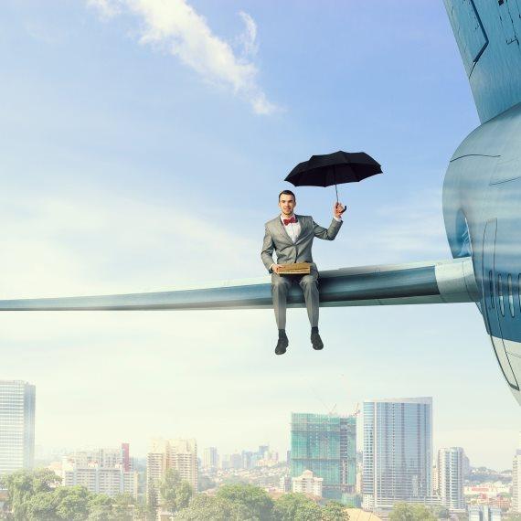אדם יושב על כנף מטוס