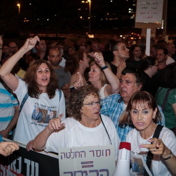 הפגנות מפגינים מול ביתו של אביחי מנדלבליט (למצולמים אין קשר לכתבה)