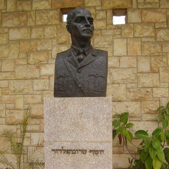 פסל לזכרו של יוסף טרומפלדור