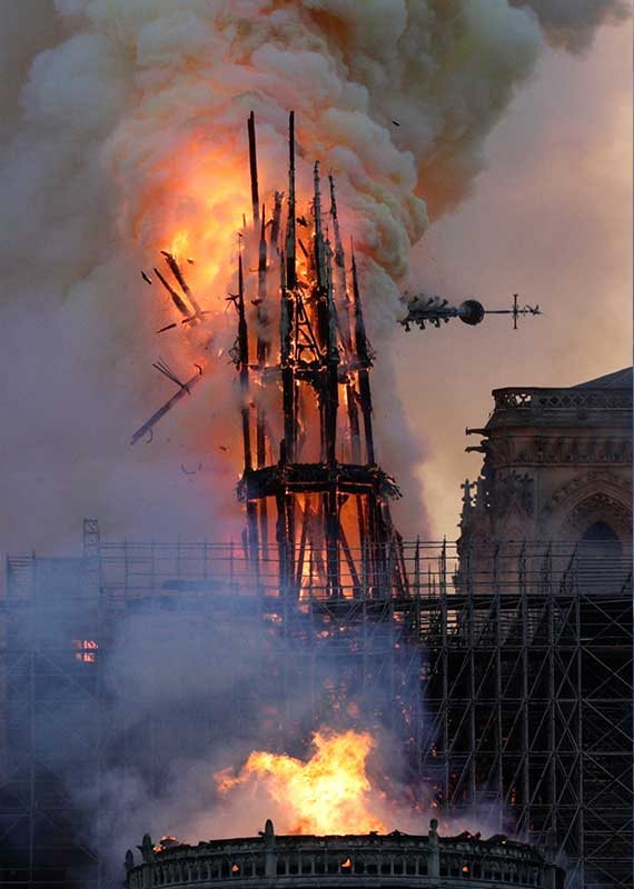 הקתדרלה בלהבות, שלשום