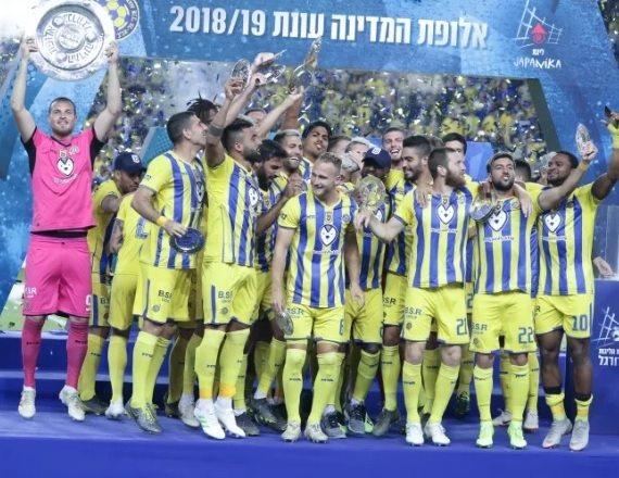צלחת האליפות בידיים של מכבי תל אביב