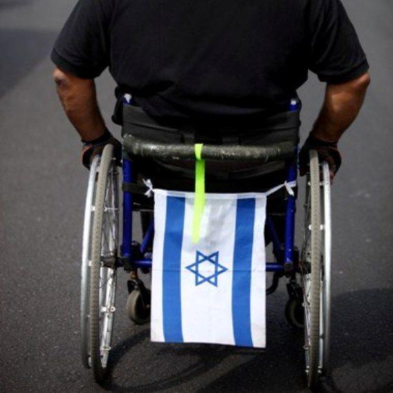 נכה על כיסא גלגלים