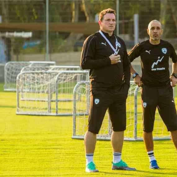משמאל: מאמן נבחרת ישראל אנדי הרצוג