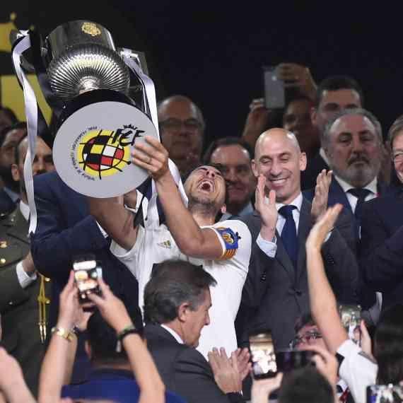 דני פארחו, קפטן ולנסיה, מניף את גביע המלך אמש (ש')