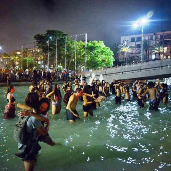 מפגינים מוחים נגד ביטול הפסטיבל