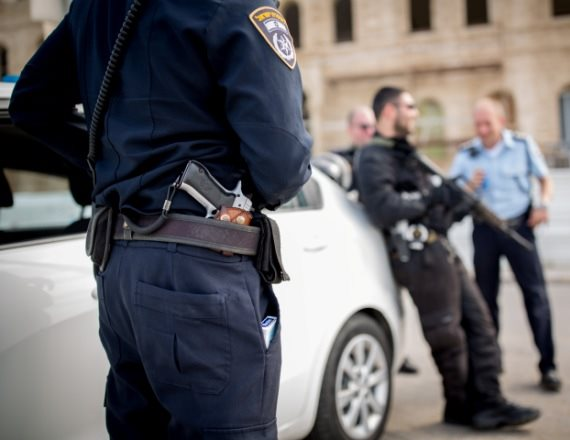 שוטר עם אקדח