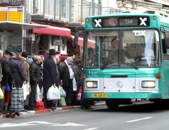 נוסעים בתחנת האוטובוס (למצולמים אין קשר לכתבה)