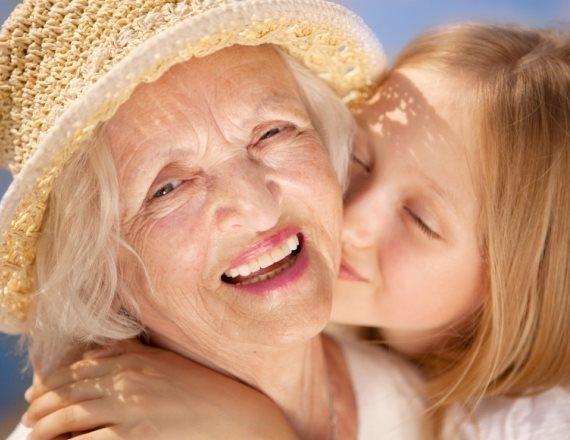 סבתא שדווקא כן מטפלת בנכדה שלה