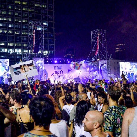 מפגינים ורוקדים בכיכר רבין
