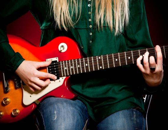 אישה מנגנת
