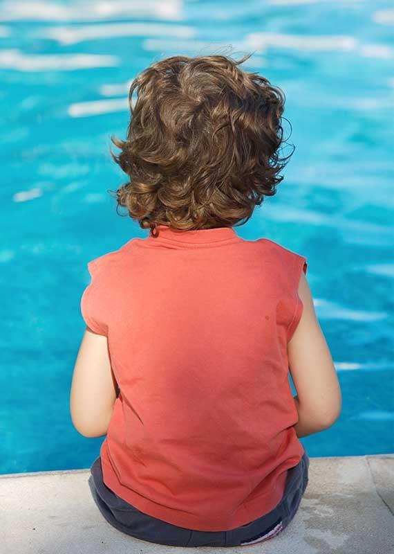 על שפת הבריכה