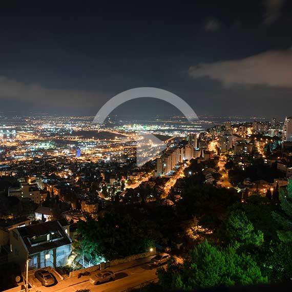 קו הרקיע בלילה בחיפה