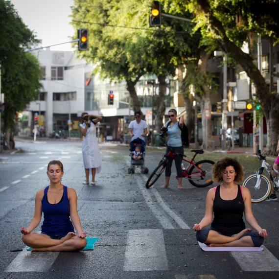 מדיטציה באמצע הרחוב (למצולמים אין קשר לכתבה)