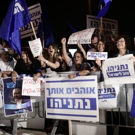 """הפגנת תמיכה בנתניהו מול בית היועמ""""ש"""