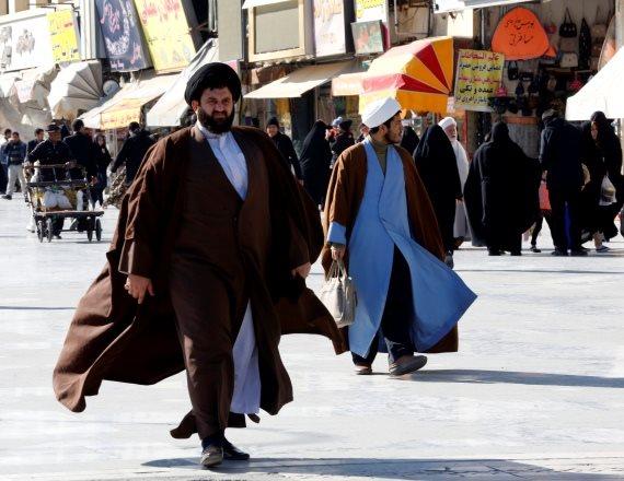 אזרח איראני שלא ברור אם הוא זועם על עניין האינטרנט