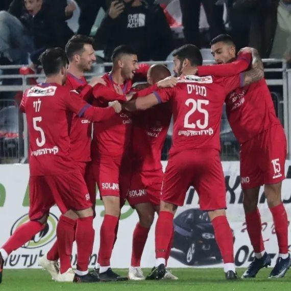 שחקני אום אל פחם חוגגים את הניצחון על מכבי תל אביב