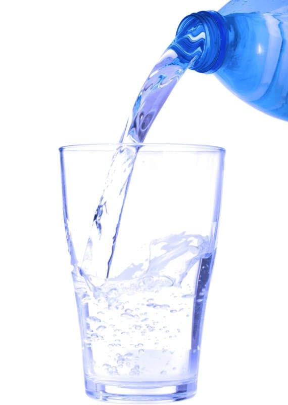 האם שתיית מים מסייעת לירידה במשקל?