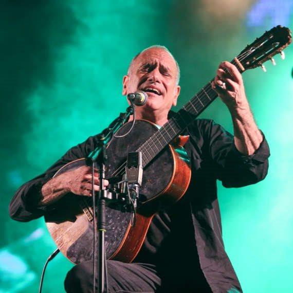 דויד ברוזה עם הגיטרה