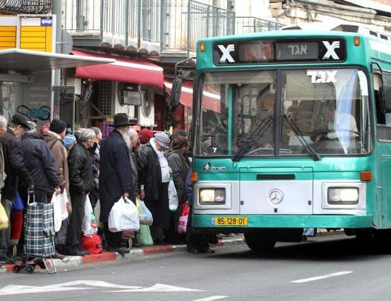 אוטובוס מעלה נוסעים - למצולמים אין קשר לכתבה