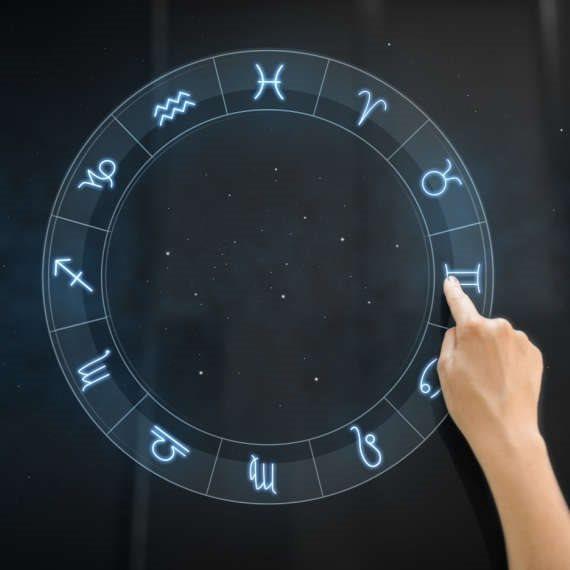 מרים בנימיני עם תחזית האסטרולוגיה