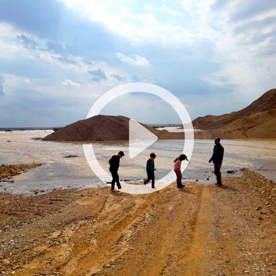 מטיילים ליד האגם שנוצר לאחר הגשמים בפארן, הערבה התיכונה
