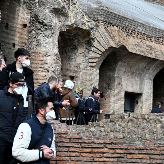 מתגוננים בפני הקורונה בקוליסיאום ברומא