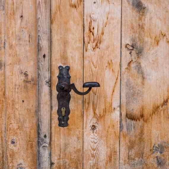 לפתוח את הדלת עם המרפק