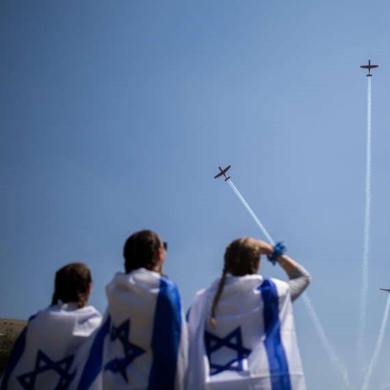המאזינה מתנגדת לחלוקת הדגלים
