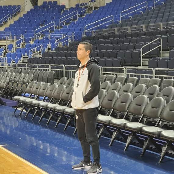 מאמן מכבי תל אביב יאניס ספרופולוס באולם ללא קהל
