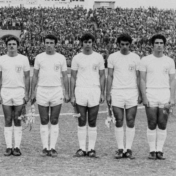 נבחרת ישראל במונדיאל (גיורא שפיגל מימין)