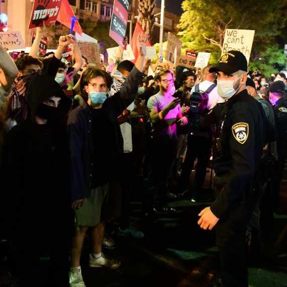 שוטרים בהפגנה נגד הסיפוח, אמש (שבת) בכיכר רבין