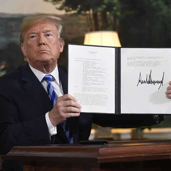 דונלד טראמפ חותם על צו (ארכיון)