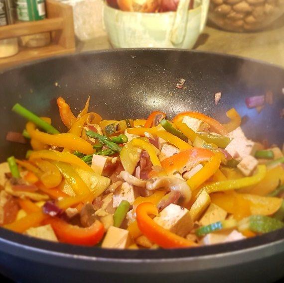 מתכון לירקות מוקפצים עם אספרגוס וטופו