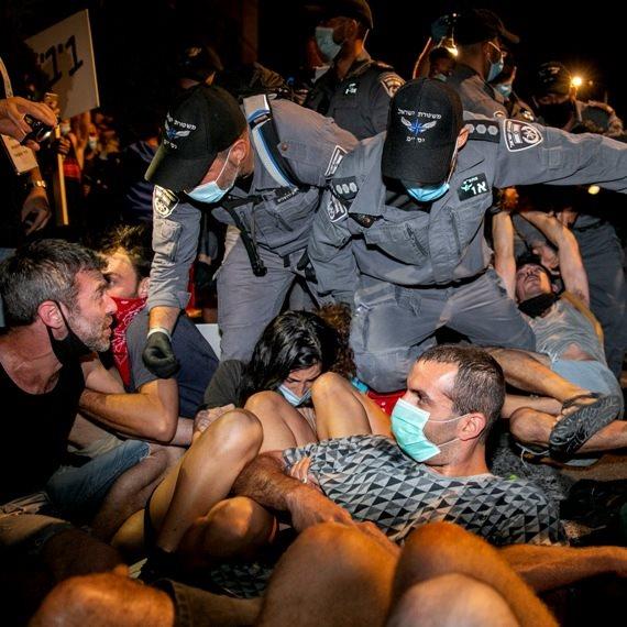 שוטרים בעימותים בהפגנה